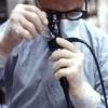 Een arts die een coloscopie uitvoert