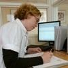 Een verpleegster die zich bezig houdt met zorgbemiddeling
